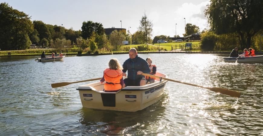 Båd i Madsby Legepark, far med to sønner