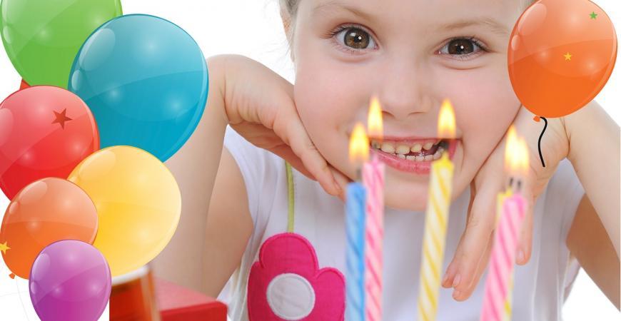 Smilende pige der symboliserer børnefødselsdag