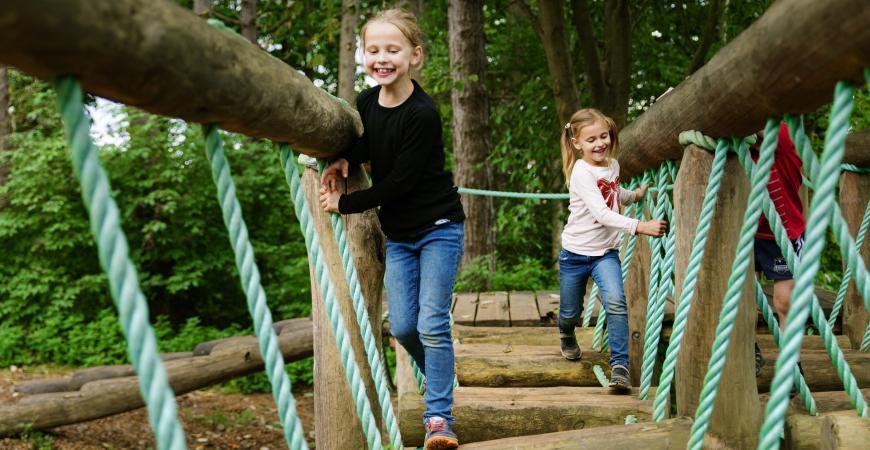 Smilende piger på Tarzanbanen i Madsby Legepark