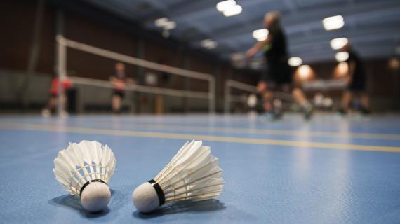 Badminton i Fredericia Idrætscenter, fjerbold på gulvet