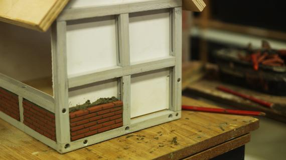 Et hus fra Den Historiske Miniby er ved at blive bygget