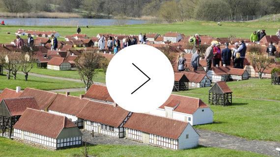 Billede af den historiske miniby hvor der er indsat en play knap